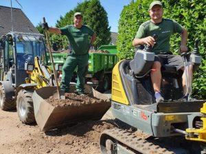 Zwei Gartengestalter auf unseren Baumaschinen